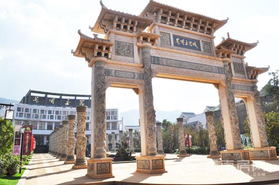 户型面积:145-850(商铺) 均价:15000元/(商铺) 昆明玉器城在售的房源以商铺为主,户型面积145-850不等,最低价在13000-14000元/之间,均价达到15000元/。按揭付款可享受2%的优惠,一次性全额付款可享受5%的优惠。预计所有商铺今年年底交房。 昆明玉器城贴三环,靠北京路,接西北绕城高速,黑阿路为规划中的市政景观大道,可直达项目,与未来2号地铁线毗邻,15分钟畅达城市中心。生活购物娱乐方面,昆明玉器城打造国际风情商业街,汇集各大品牌超市、连锁药房、名品专卖、金融服务店、